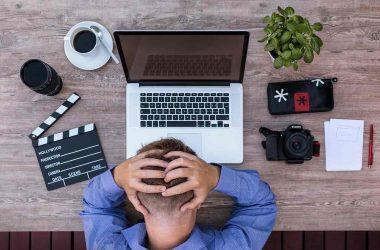 Pensées limitante. Homme se prenant la tête devant son ordinateur.