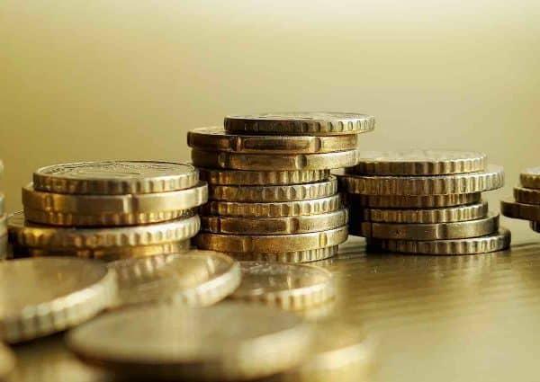 Épargner efficacement. Pile de pièces d'or.