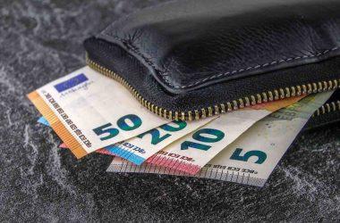combien investir en bourse pour commencer. Portefeuille plein de billets de banque.
