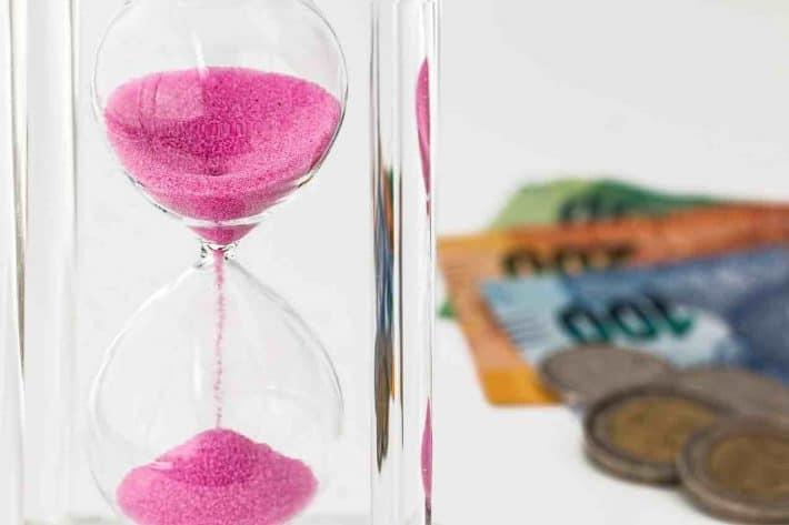 Découvert comment remonter la pente. sablier, temps et argent.