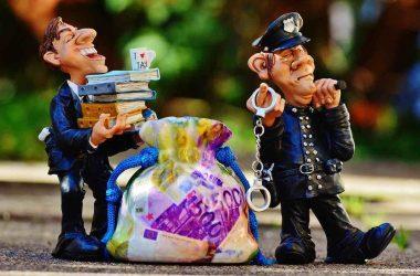 Sfam comment résilier ses contrats ? Sfam arnaque. Policiers avec des menottes.