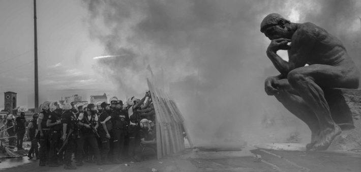 Dirigeants politiques et démocratie. Le penseur de Rodin face à des forces de l'ordre surarmées.