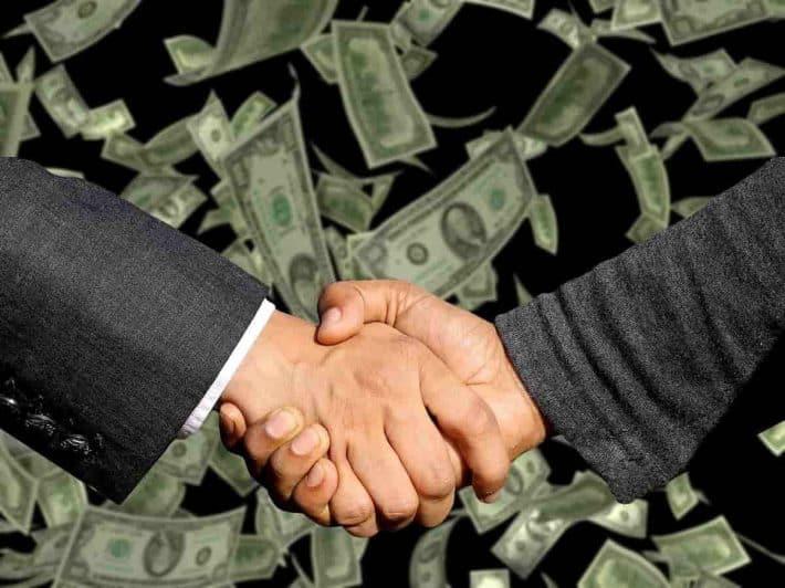 micro tâches rémunérées. Poignée de mains et avalanches de billets de banque.