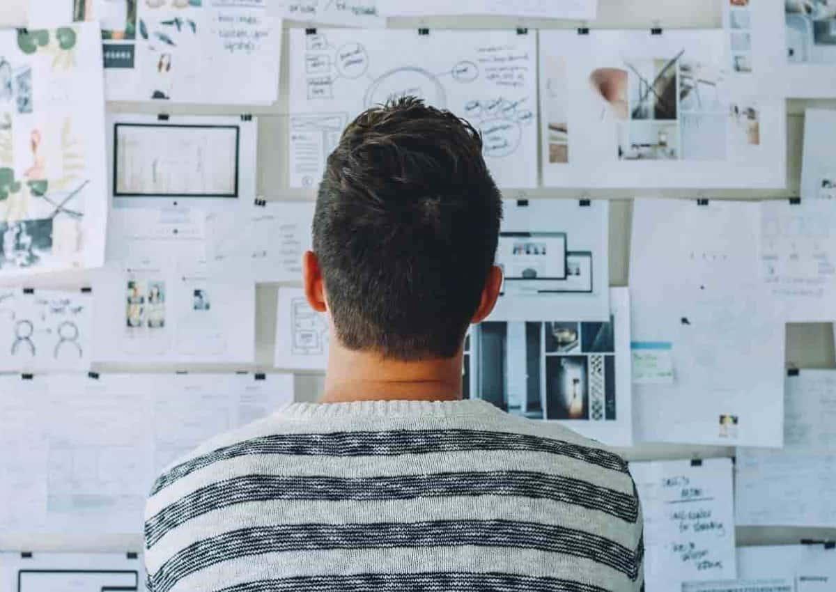 quel statut d'entreprise choisir. Homme devant un tableau de notes.