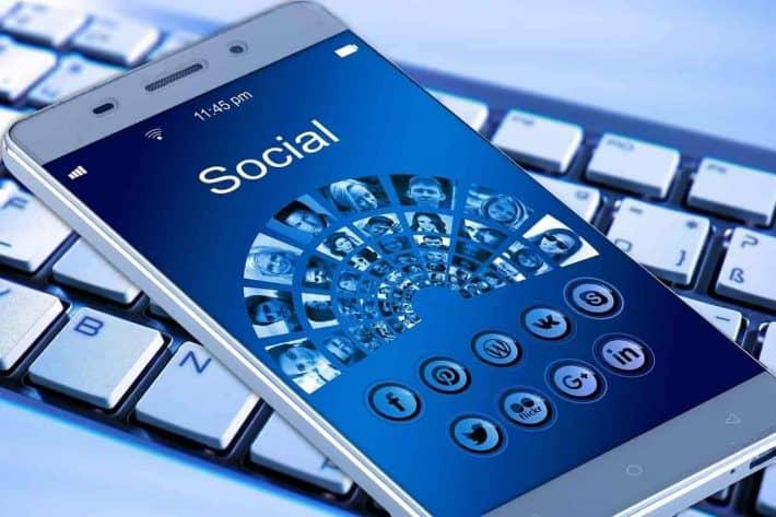 Facebook inscription. Smartphone avec accès aux différents réseaux sociaux.
